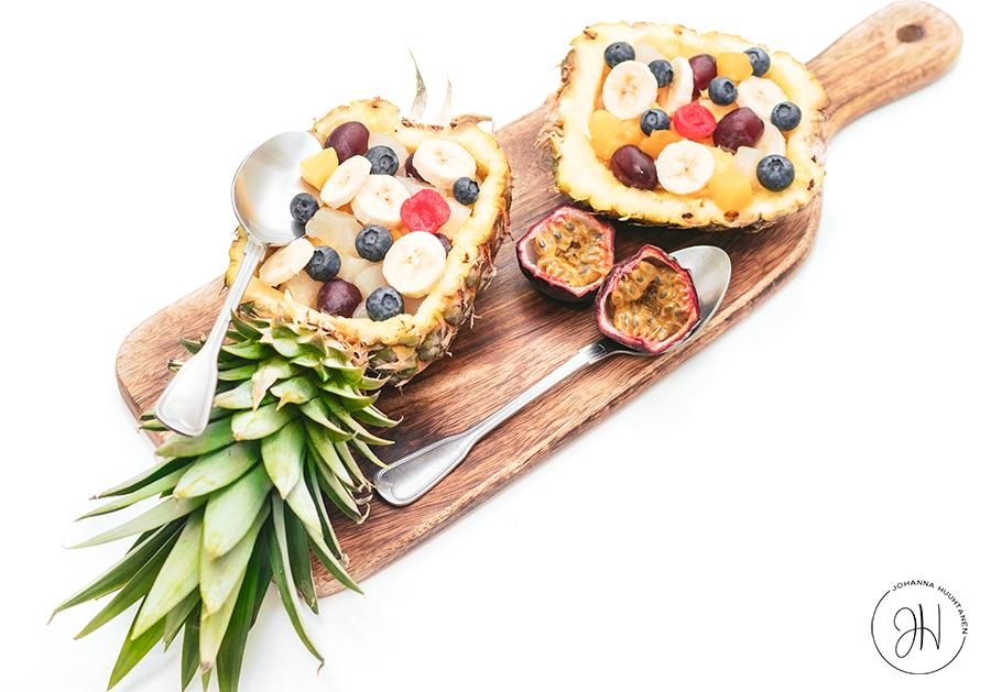 Satokauden hedelmäsalaatti ananaskulhossa