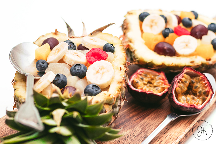 Hedelmäsalaatti ananaskulhossa